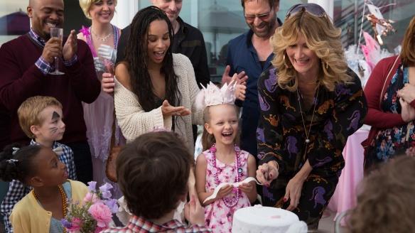 Kindergeburtstag: In der Mitte Amabella (Ivy George), links Bonnie (Zoë Kravitz), daneben Renata (Laura Dern) Bild: HBO